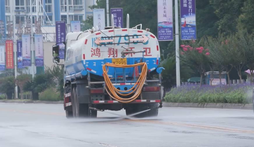 鸿翔环卫|明明就是下雨天,干嘛还要环卫车洒水洗扫作业呢?